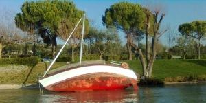 Recupero di una barca a vela spiaggiata